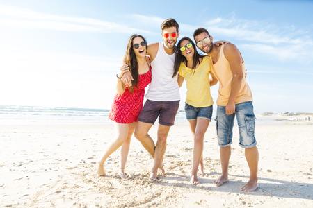 Groep van vrienden plezier op het strand