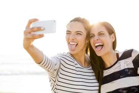 Twee beste vrienden die een selfie met cellphone Stockfoto
