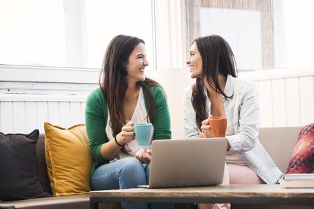 Weibliche Freunde, Studium an der lokalen Coffee-Shop Standard-Bild - 44261882