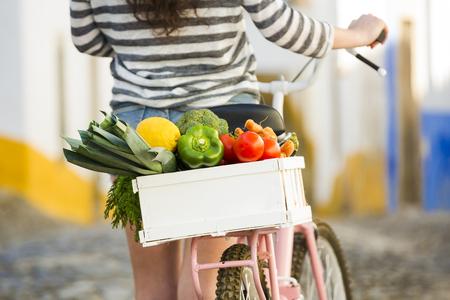 아름 다운 여성 관광 살고 로컬, 신선한 야채를 구입 한 후 그녀의 자전거와 함께