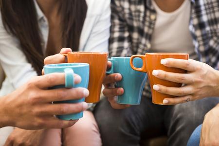 コーヒーとトーストを作る友人のグループ