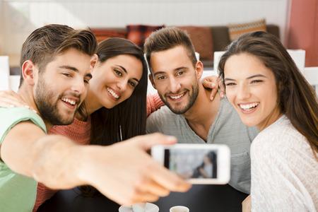 함께 selfie을 커피 숍에서 친구의 그룹
