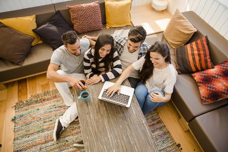 Groep vrienden studeren aan de lokale koffieshop