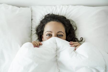 아름다운 침대에 여자와 아침 미소