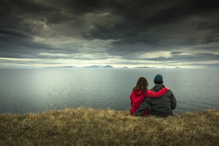 아름 다운 풍경을 고민하는 커플