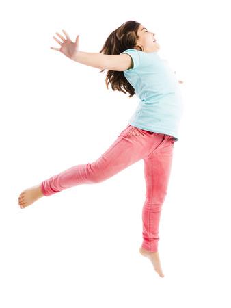 Schöne und glückliche junge Mädchen springen