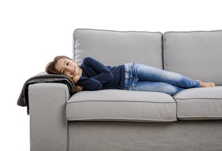 Kleines Mädchen auf einer Couch und Ruhe