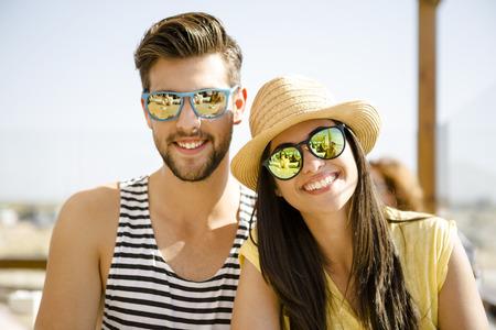 Fiends haben eine großartige Zeit zusammen an der Strandbar Standard-Bild