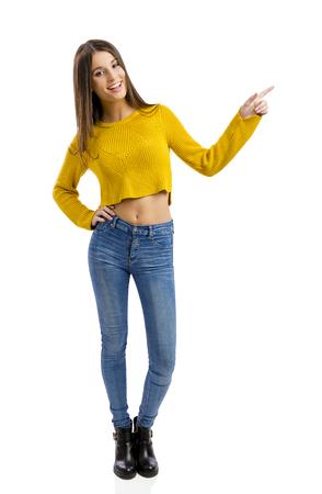 Mooi en gelukkig tienermeisje wijzen, geïsoleerde over witte achtergrond