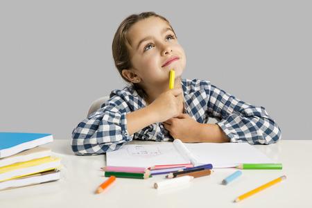 Meisje op school maken van tekeningen en het schilderen