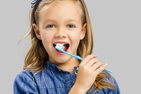 Gelukkig meisje dat haar tanden borstelt
