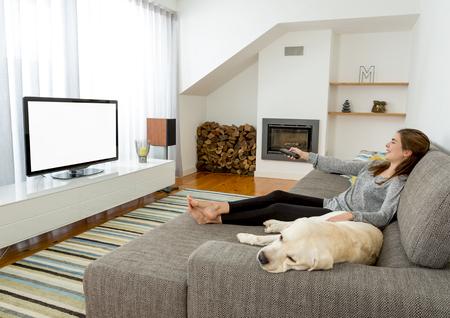 Hermosa mujer en casa con sus mejores amigos