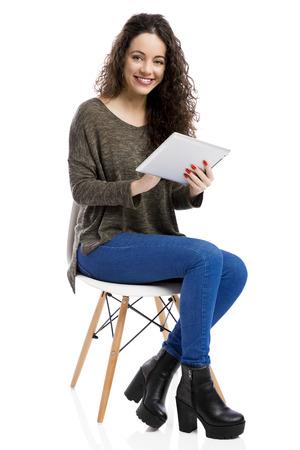 아름 답 고 행복 한 여자 태블릿, 흰색 배경 위에 격리 작업