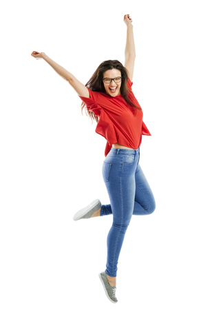 Bella donna felice che salta di gioia Archivio Fotografico