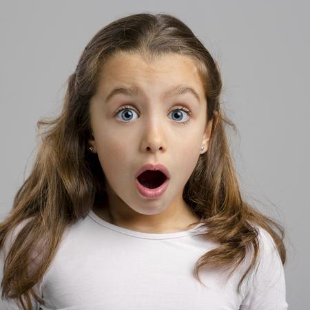 Portret van een klein meisje die een verbaasde uitdrukking
