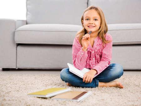 Cute bambina a casa a studiare