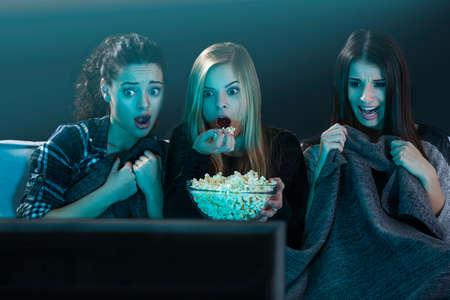 팝콘과 공포 영화를보고 십 대 소녀 스톡 콘텐츠