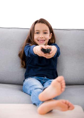 Klein meisje met een afstandsbediening van de TV