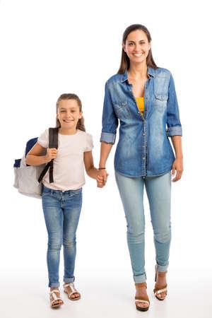 어머니와 그녀의 작은 딸 산책 함께 학교에 갈 스톡 콘텐츠