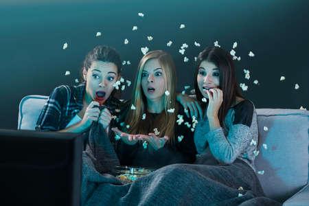ポップコーンとホラー映画を見ている 10 代の少女