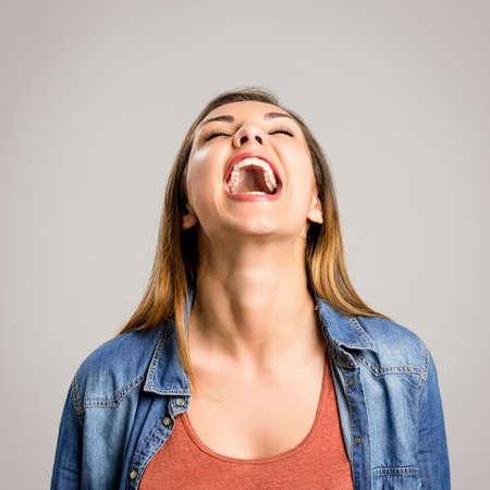 Portrait d'une belle et heureuse femme en riant