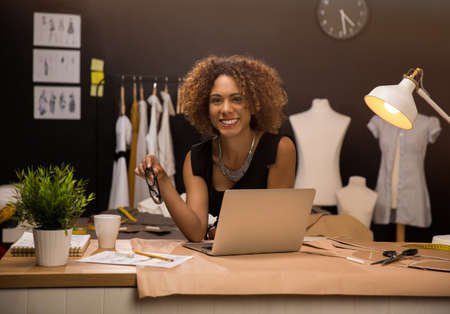 두 젊은 기업가 여성, 그리고 그녀의 아뜨리에에서 일하는 패션 디자이너