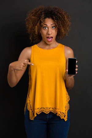 Beautiful African American woman texting a sms Banco de Imagens