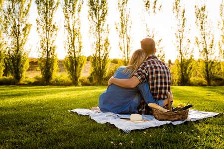 一緒に、公園で一日を楽しんで幸せなカップルのショット 写真素材