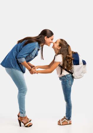 Moeder die haar dochter op de eerste dag van school vaarwel zegt Stockfoto