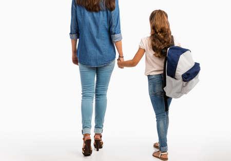 어머니와 그녀의 작은 딸 함께 학교에 걸어가