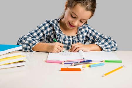 드로잉 및 페인팅 학교에서 어린 소녀 스톡 콘텐츠