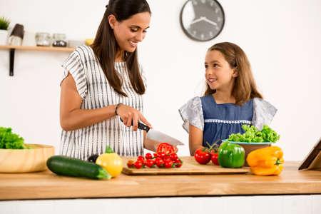 Shot von einer Mutter und Tochter, die Spaß in der Küche Standard-Bild - 83973499