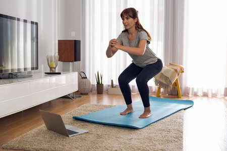 Full length shot of a woman doing exercise at home Stockfoto