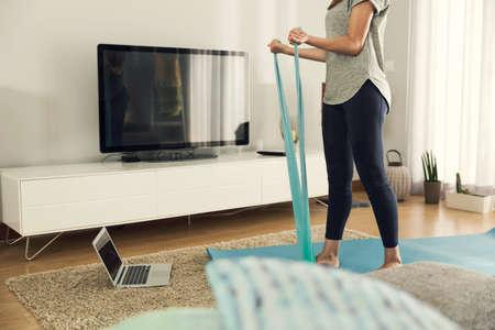 Ontsproten van een vrouw die oefening thuis doet