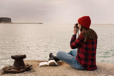 Hermosa mujer disfrutando de su día tomando fotos con su cámara Foto de archivo - 91959480