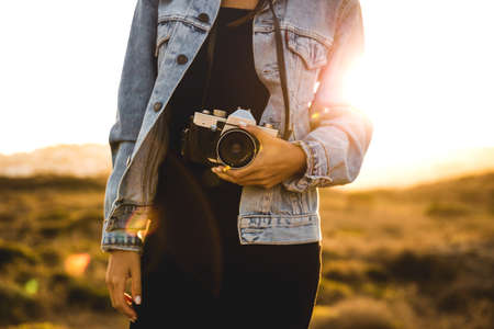 Mooie vrouw die foto buitenshuis neemt met een analoge camera Stockfoto