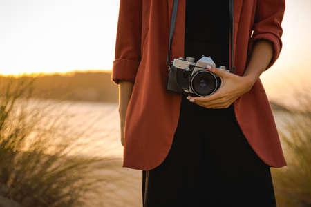 야외에서 아날로그 카메라로 사진 찍는 아름다운 여자 스톡 콘텐츠 - 96827724