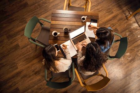 Grupo de amigos estudiando juntos para la final