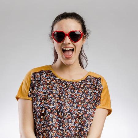 Portrait of a cute brunnet woman wearing sunglasses Imagens - 130782986
