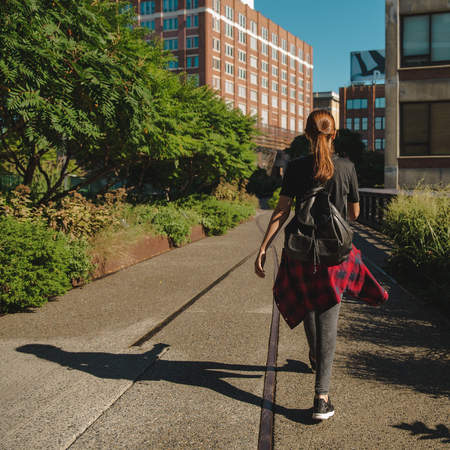 Beautiful woman walking on the HighLine Park, NYC Imagens - 130782989