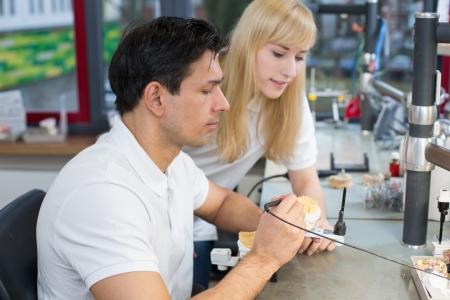 onlays: Instructor en un laboratorio dental instruir a un aprendiz
