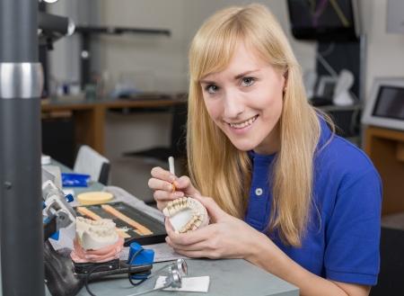 onlays: Técnico de laboratorio dental para la aplicación de porcelana molde dentición en un laboratorio