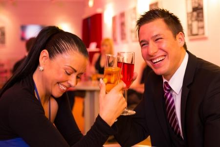parejas sensuales: Pareja en un bar disfrutando y bebiendo juntos