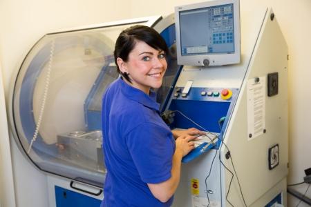 laboratorio dental: T�cnico dental que trabaja en una m�quina de fresado
