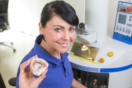 laboratorio dental: T�cnico dental presenta una pr�tesis