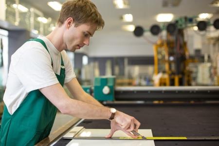 Worker Schneiden von Glas in Glaserei