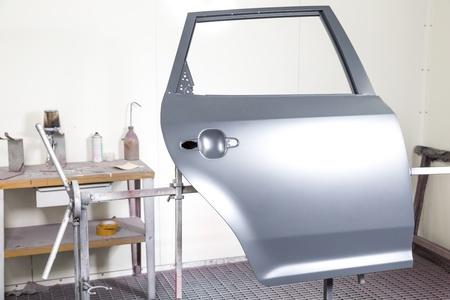 body paint: Puerta de coche preparado para ser pintado por el pintor carrocería