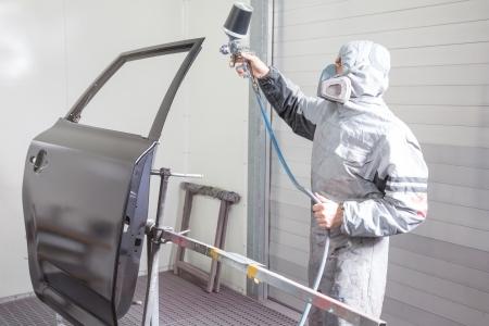 body paint: Pintor de carrocer�a de coche pulverizaci�n de pintura o el color de la carrocer�a en un garaje o taller con un aer�grafo