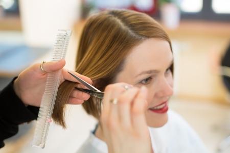 Friseur Haare schneiden im Salon closeup Lizenzfreie Bilder