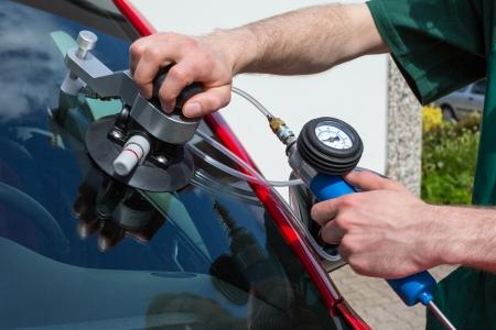 Vetreria riparazione parabrezza su una macchina dopo danno stone-chipping Archivio Fotografico - 20443646